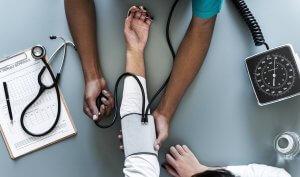Lääkäri tutkii fibromyalgiaa sairastavaa potilasta